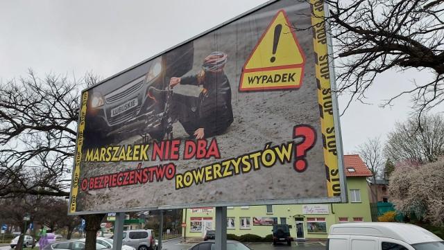 Przed urzędem miasta w Zielonej Górze ustawiono kontrowersyjny billboard