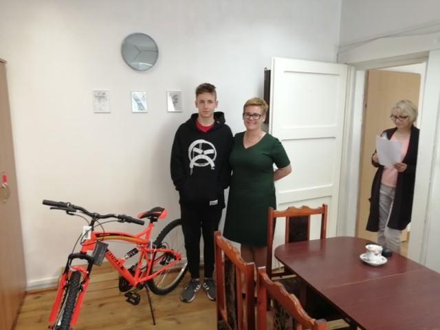 Radek wraz z Urszulą Inczewską, zastępcą dyrektora MGOPS, obok nowego roweru