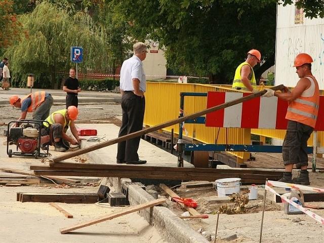 W środę remontowaną drogę lustrowali urzędnicy z Międzyrzecza i Zielonej Góry.