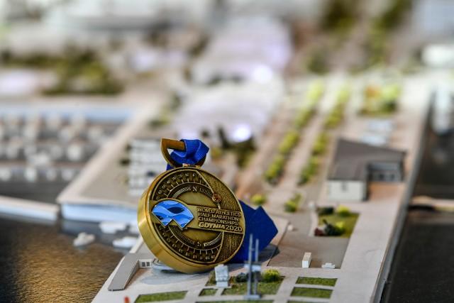 Medal w kształcie kompasu, który będzie czekał na mecie biegu masowego w ramach mistrzostw świata w półmaratonie Gdynia 2020