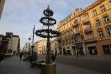 Na ulicy Piotrkowskiej montują ozdoby i świąteczną iluminację, a także budki na jarmark bożonarodzeniowy