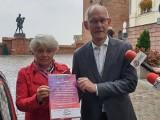Robert Kwiatkowski i Czesława Augustinowicz z SLD podpisali w Grudziądzu pakt dla kobiet