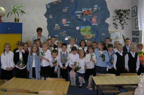 Pierwsze wspólne zdjęcie, przeżywających  wczorajszy dzień, uczniów klasy Ib w Szkole  Podstawowej nr 5 z wychowawczynią Beatą  Nowicką.