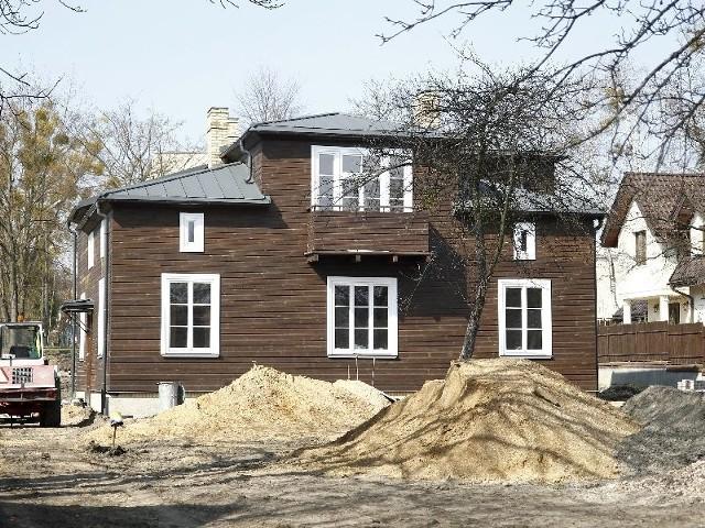 Jednym z budynków odnowionych przy udziale miejskich dotacji jest drewniana willa przy ul. Słonimskiej 31. Poza wymianą m.in. szalówki i pokrycia dachowego, właściciel zrobił tu też nową sieć elektryczną.
