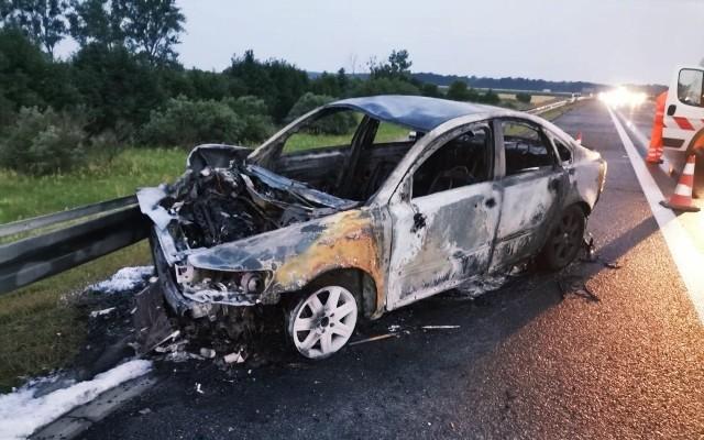 Pijany kierowca uderzył w bariery na strzeleckim odcinku autostrady. Jego volvo doszczętnie spłonęło.