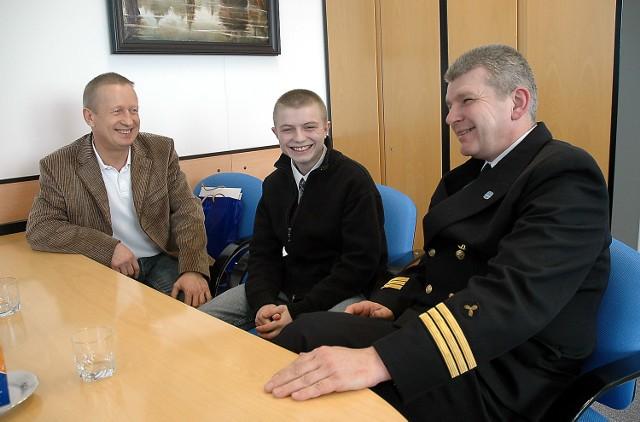 Marcin Pałczyński był szczęśliwy po spotkaniu z dyrektorem personalnym PŻM Wojciechem Kuflem. Na rozmowę przyszedł z dyrektorem domu dziecka Jackiem Bursą (z lewej).