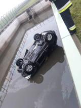 Wypadek na A4 pod Balicami, auto wpadło do zbiornika [ZDJĘCIA]