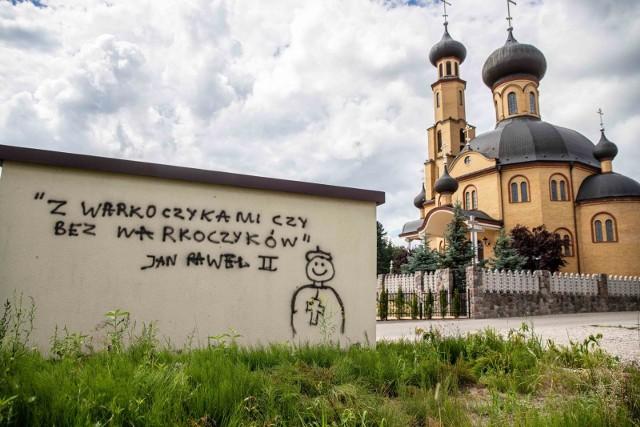 Dwuznaczne graffiti z papieżem Janem Pawłem II zniknie ze ściany transformatora