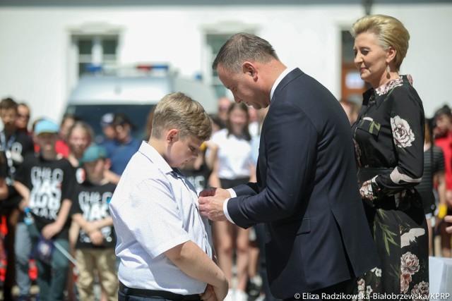 Dawid Wroniszewski z Dąbrówki (gmina Aleksandrów) otrzymał medal Młodego Bohatera od prezydenta RP Andrzeja Dudy
