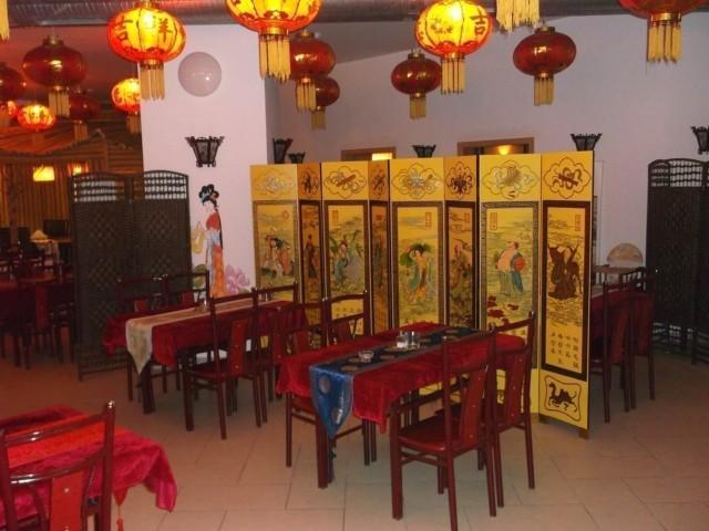 W Chińskiej Restauracji Pekin chińskich dań możemy skosztować w ogólnej sali, gdzie stoliki oddzielone są od siebie parawanami. Inną opcją jest zarezerwowanie zacisznego i wygodnego VIP-roomu.