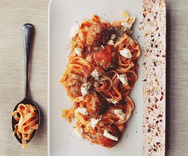 Makaron tagliatelle z klopsikami i sosem pomidorowym. Zobaczcie przepis!