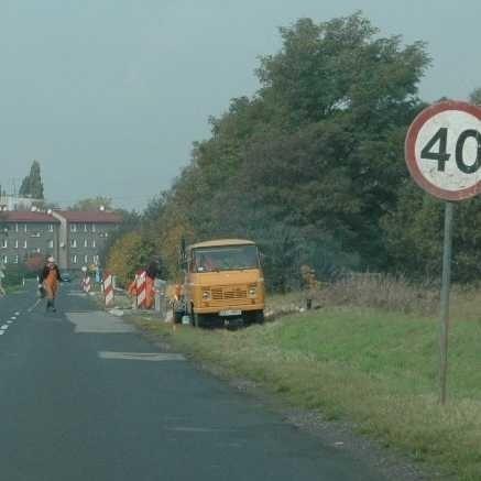 Roboty drogowe są wykonywane na dwóch mostach przy ul. Oleskiej w Gorzowie Śl. W tym miejscu jest ograniczenie prędkości do 40 km\h.