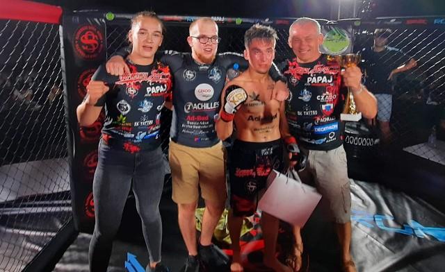 Sebastian Decowski (trzeci z lewej)