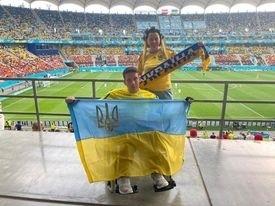 Ukraińscy kibice opanowali Bukareszt. Piękna historia niepełnosprawnego fana