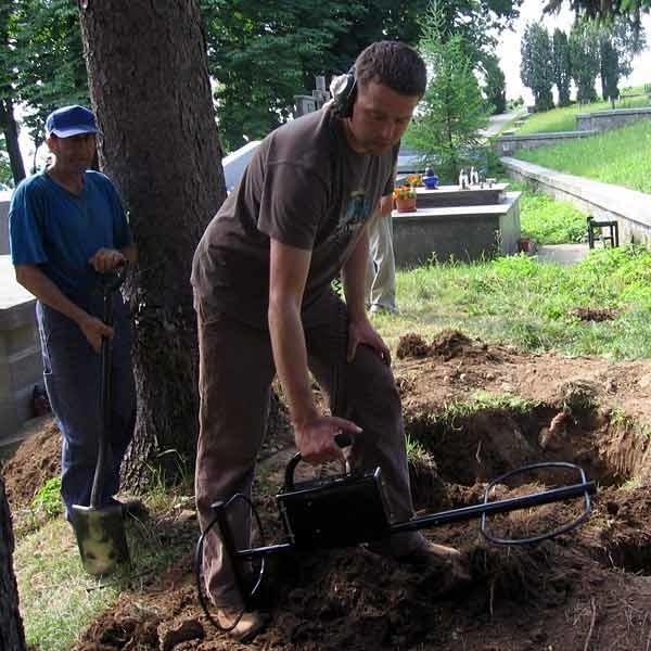 W ustalaniu miejsca zakopania skarbu korzystano z detektora...