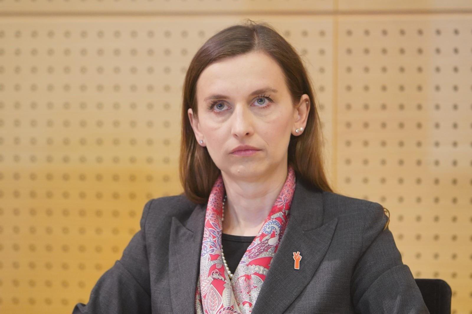 Sylwia Spurek zamieściła obraz Jo Frederiks, przedstawiający krowy w więziennych pasiakach. Muzeum Auschwitz: Instrumentalizacja tragedii  | Polska Times