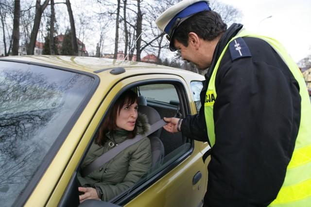 Policja sprawdza czy mamy zapięte pasy bezpieczeństwa. Zdjęcie ilustracyjne