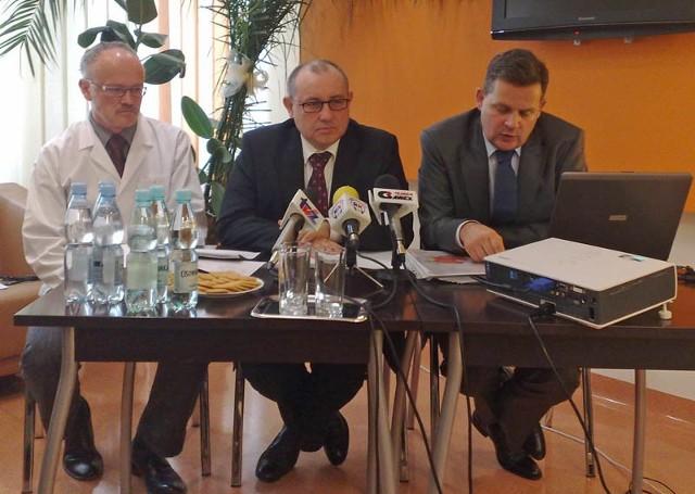Od lewej na konferencji prasowej: ordynator dr Wojciech Jabłoński, prezes Allenort dr Grzegorz Goryszewski i wiceprezes dr Marek Szufladowicz.