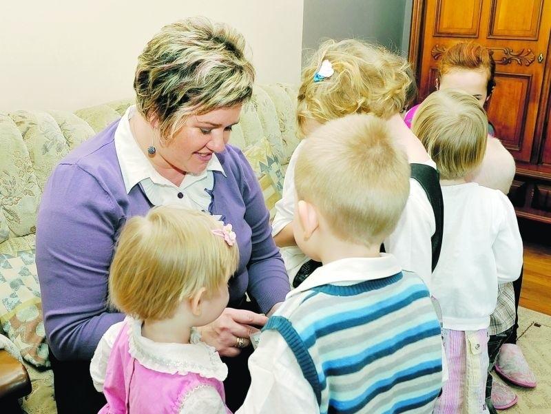 Dzieci przychodzą do Chlebowa, by po chwili odejść stąd z...