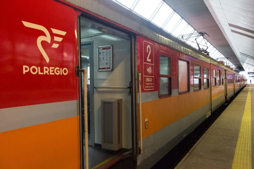 Pracownicy ochrony zdrowia mogą zakupić miesięczne bilety na podróż pociągami POLREGIO za złotówkę.