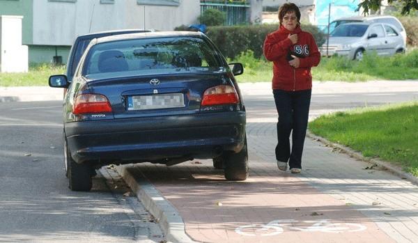 Taki widok na ul. Kwiatkowskiego to codzienność. Kierowcy nagminnie parkują tu nie dość, że na zakręcie ulicy, to jeszcze na ścieżce rowerowej.