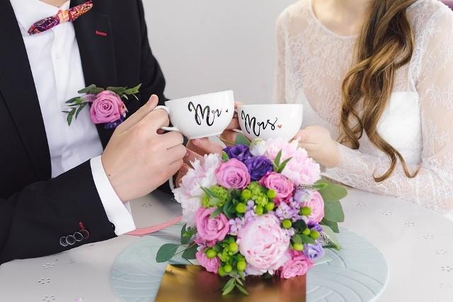 Szczyt sezonu ślubnego za nami. Póki jednak koronawirus nie blokuje gospodarki, przyjęcia weselne nadal się odbywają. Imprezy weselne przybierają przeróżne formy, od eleganckich przyjęć, bo wiejskie przyjęcia w remizach. Bez względu na to, gdzie obywa się impreza, konieczny jest prezent, a z tym rodzi się problem. Od kilku lat zarówno pary młode jak i goście stawiają na gotówkę. Tylko ile wypada dać w kopercie? Sprawdzamy.