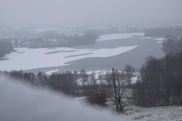 7 kilometrów w jedną stroną. Można ruszyć w Kartuzach albo ze wsi Zawory oraz Chmielna. Niedaleko wsi Zawory znajduje się Tamowa Góra (224,1 m n.p.m.), a na niej punkt widokowy na Chmielno oraz trzy jeziora (Rekowo, Białe, Kłodno). Dzisiaj (sobota, 02.01.2021 r. było mgliście), a więc i widoki nieco słabsze. Przy lepszej pogodzie widok zapiera dech w piersiach. Na szczycie są dwie lornetki dla turystów. Szlak (czerwony) wiedzie lasem m.in. przez Bilowskie Buczyny. W samych Kartuzach (obrzeża) warto na chwilę zatrzymać się przy Ławce Asesora. Tutaj znajduje się punkt widokowy istniejący od pierwszej połowy XIX wieku. Swoją nazwę zawdzięcza Karlowi Perninowi, asesorowi sądowemu, który z ustawionej w tym miejscu ławki podziwiał panoramę Kartuz.
