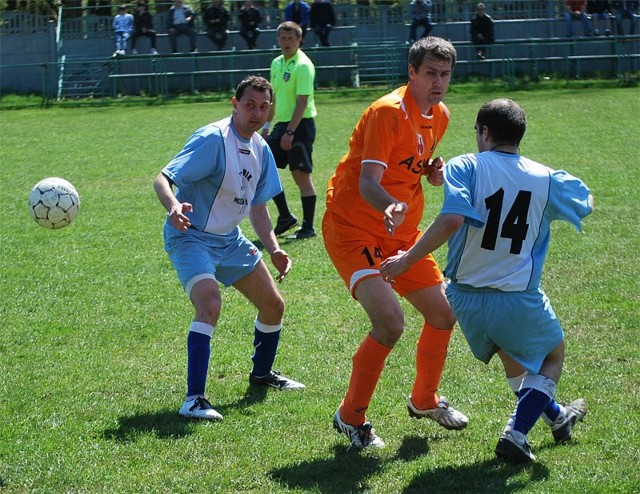 Głogovia (niebiesko-białe stroje) na swoim stadionie pokonała Czudec 2-1. Bramkę na wagę 3 punktów zdobył Artur Szkoła. Wcześniej goście nie wykorzystali rzutu karnego.