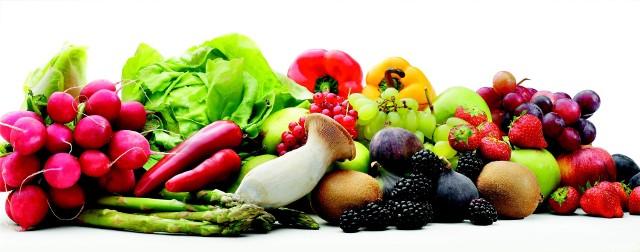 Warzywa i owoceBy nasza żywność była jak najdłużej świeża przechowujmy ją w lodówce. Musimy jednak zadbać o temperaturę chłodzenia lodówki, która powinna być na poziomie 4–5˚C. Natomiast w zamrażarce temperatura powinna wynosić od –18 do –22˚C.Tymczasem badania wykazały, że 83 proc. konsumentów w Wielkiej Brytanii przechowuje owoce, a 66 proc. – warzywa poza lodówką.