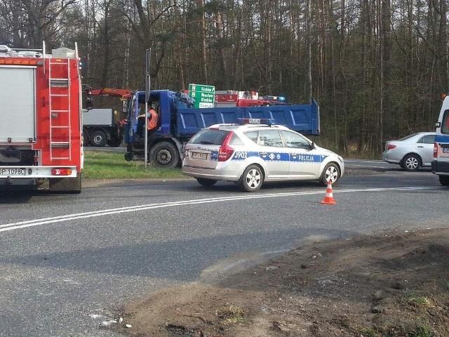 Ciężarówka zderzyła się z toyotą.