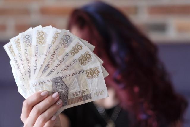 Słodka Emilia z Torunia oskarżona została o oszukanie 19 osób, ale pokrzywdzonych przez rzekomą pracownicę banku może być zdecydowanie więcej.