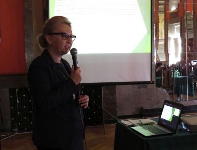 Dyrektor Okręgowej Stacji Chemiczno-Rolniczej w Kielcach Katarzyna Sowa-Cichecka  podczas prezentacji na I Świętokrzyskim Forum Rolniczym.