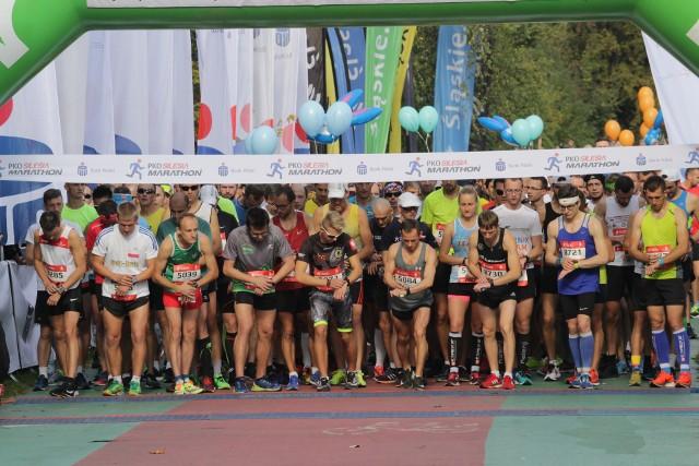 PKO Silesia Półmaraton 2018: uczestnicy przebiegli dziś, 7 października, nieco ponad 21 km. Obie imprezy zakończą się o 15.30 na Stadionie Śląskim. Półmaraton wystartował z Promenady Generała Jerzego Ziętka w Parku Śląskim. Tutaj biegacze musieli pokonać połowę dystansu maratońskiego, czyli 21 kilometrów i 75 metrów. Trasa półmaratonu pokrywa się z trasą biegu głównego, zawodnicy pominęli jednak fragment prowadzący przez Muchowiec i po przebiegnięciu DTŚ udali się prosto na ul. 1 Maja, a następnie w stronę Bogucic, Siemianowic Śl. i Chorzowa. Wśród mężczyzn najszybszy był Paweł Kosek, a wśród kobiet Kasia Golba. Gratulacje!Czytaj też: