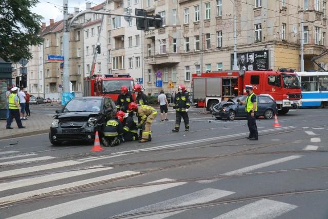 Ratownicy z pogotowia przebadali wszystkich uczestników wypadku, ale na szczęście nikt nie odniósł poważnych obrażeń