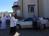 Białystok. Święcenie samochodów w parafiach. Wierni licznie przyjechali po błogosławieństwo. By św. Krzysztof ich bezpiecznie prowadził