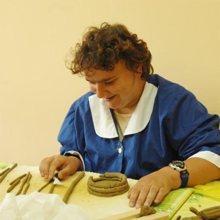 - Ulepić coś z gliny wcale nie jest takie proste - mówi Kamila, która chodzi na zajęcia do pracowni ceramiki