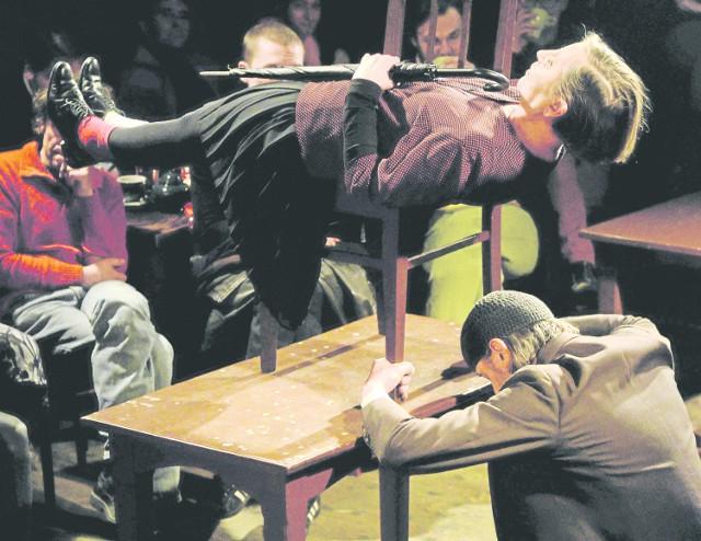 """Choć cenzura nie obowiązuje od 25 lat, to według Lecha Raczaka wciąż można się z nią spotkać. Za cenzorskie działanie uznaje on np. odwołanie """"Golgoty Picnic"""" w Poznaniu i protesty w sprawie sztuki """"Spisek smoleński""""."""