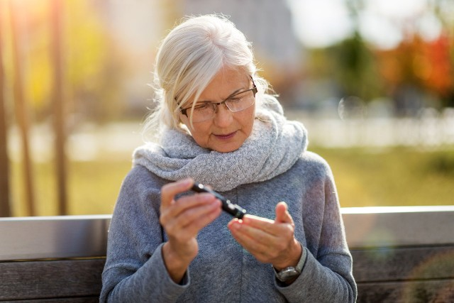 Osoby z podwyższoną glikemią powinny zadbać o lepszą kontrolę poziomu cukru we krwi, gdyż jego nadmierne stężenie sprzyja ciężkiemu przebiegowi i komplikacjom COVID-19. Parametr ten można mierzyć wygodnie za pomocą glukometru.