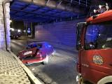 Wypadek Ukraińców na Borowskiej. Pasażer wypadł z auta