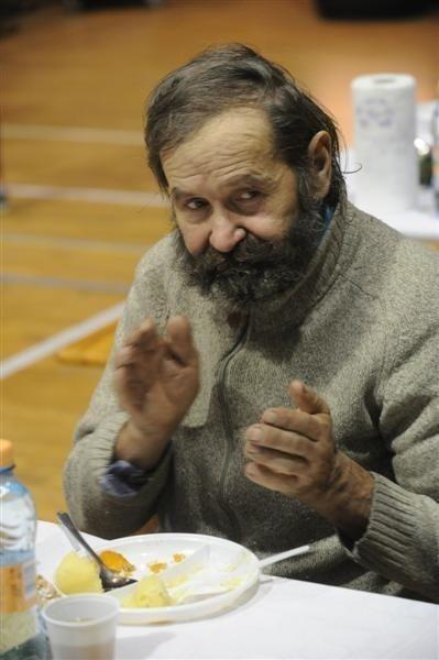 - Nieczęsto mam okazję zjeść coś ciepłego – przyznaje Kazimierz Rydziński. – Jak się dobiega 60 lat, jak ja, o pracę bardzo trudno. Pozostaje tylko zbierać złom.