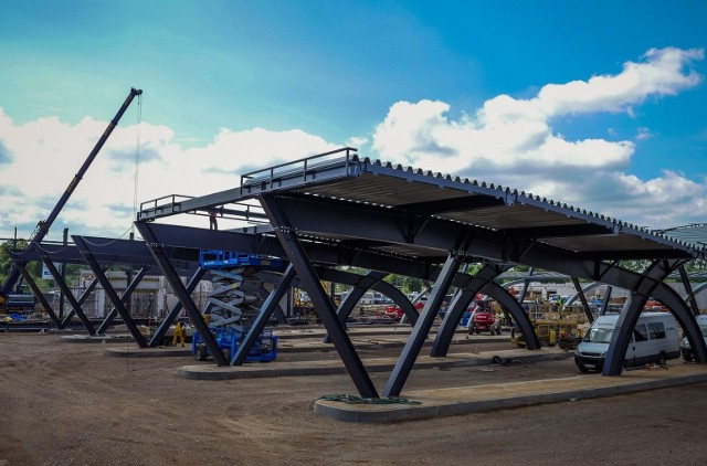 Trwa budowa nowego dworca PKS w Białymstoku. Rosną ściany budynku dworca a wiaty przystankowe wyglądają już na prawie gotowe. Część dworcowa powinna zostać oddana do użytku w październiku tego roku.
