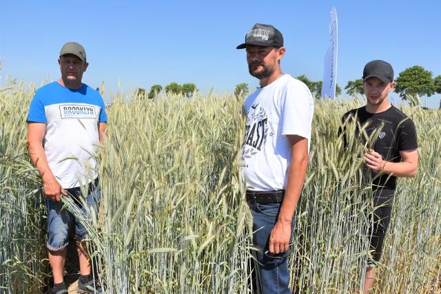 Zbigniew Kanarek (od lewej), Rafał Graczyk i Adrian Sikorski z miejscowości Wróble koło Kruszwicy, oglądali niedawno zboża podczas Krajowych Dni Pola w Minikowie. Wówczas obawiali się suszy