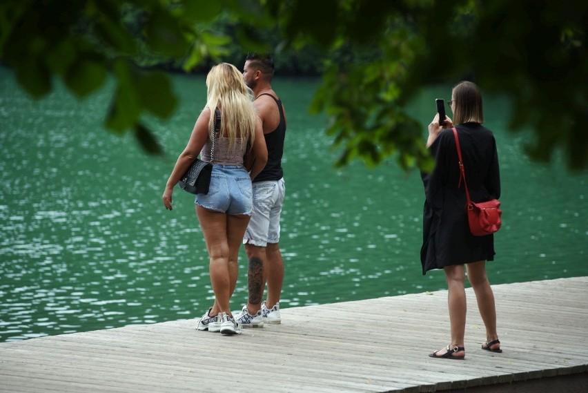 Woda w jeziorze Ciecz ma piękną, turkusową barwę.