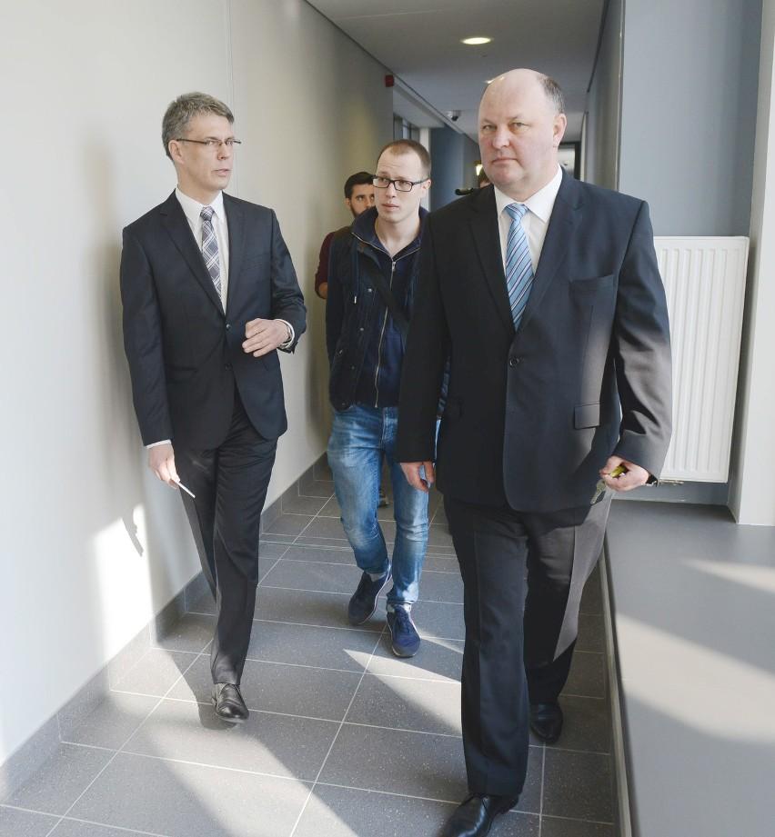 Sędzia A. Brzozowski (z lewej) oraz dyrektor J. Kaczmarek (z prawej) podczas spotkania z mediami w Sądzie Okręgowym