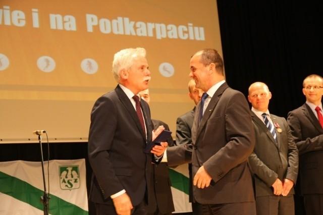 W czasie uroczystości jubileuszowych Zbigniew Rynasiewicz, prezes AZS-u, wręczył liczne medale i odznaczenia.