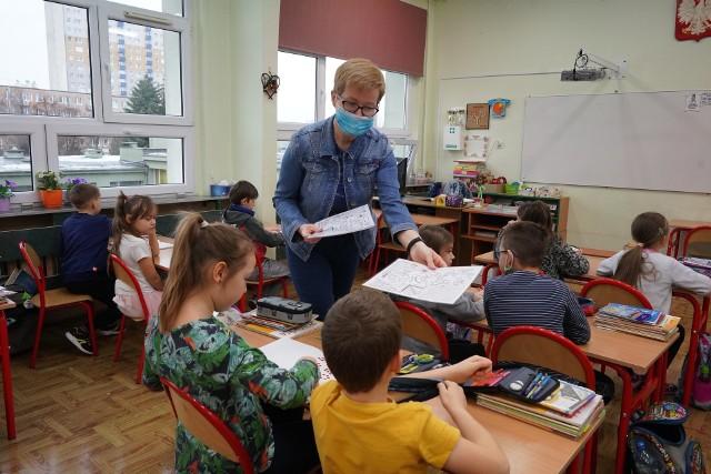 Do 650 zbliża się liczba ofert zatrudnienia dla nauczycieli, zamieszczonych w bazie kuratorium oświaty przez szkoły i przedszkola z województwa łódzkiego. W poprzednich latach – w lipcu – było ich ok. 500. Ale wtedy związkowcy działający w oświacie w naszym regionie jednocześnie alarmowali o masowych cięciach w placówkach edukacyjnych. W te wakacje takich sygnałów nie ma. Dyrektorzy szkół opowiadają m.in., że ich dotychczasowi pracownicy, po trudach nauczania zdalnego, przechodzą na roczne urlopy dla podratowania zdrowia.>>> Czytaj dalej przy kolejnych ilustracjach >>>