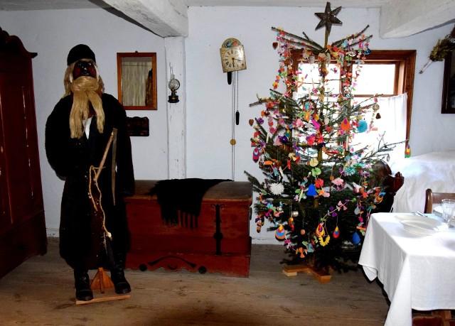 Boże Narodzenie coraz bliżej. Wiedzieliście, że - zgodnie z tradycją - wigilia jest zapowiedzią kolejnego roku? Stąd wiele zwyczajów i przesądów, do których ogromną uwagę przywiązywali nasi przodkowie. Na przykład?Gospodarze wierzyli święcie, że groch rozsypany przed pasterką sprawi, że ich gospodarstwa nie ominie urodzaj. Kolejne wierzenia znajdziecie na następnych stronach --->>Na zdjęciu: Muzeum Etnograficzne w Toruniu