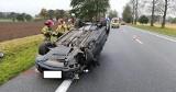 Dachowanie na DK 6 w Domaradzu. Kierowca przysnął za kierownicą i uderzył w drzewo