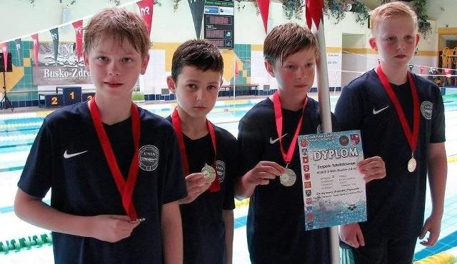 Młodzi pływacy buskiej Unii brylowali na zawodach w wyścigach sztafetowych.