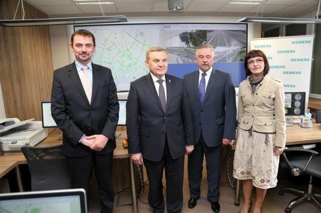 Uruchomienie systemu kosztowało ok. 28 mln zł. Wykonawcą była firma Siemens. Podobne projekty realizowała m.in. w Krakowie, Warszawie. Obecnie trwają prace w Poznaniu i Rzeszowie.